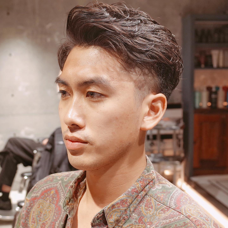 """✂︎すっきりしつつも """"柔らかい"""" 印象に!ゆるめパーマの2ブロックショート✂︎    黒くてまっすぐな髪も、パーマをかければ柔らかさのある仕上がりに。  乾かすだけで形ができるから、スタイリングも1分でOK!   楽してお洒落なヘアスタイル、 """"ゆるめパーマ"""" で手に入れてみませんか?是非、僕にお任せください?♂️    stylist:山本和彦⠀ (@kazuhiko_menshair)⠀  #メンズヘア専門美容師 #男性専門美容師 #ヤマモトカズヒコ #山本和彦 #メンズヘア #メンズヘアスタイル #メンズカット #メンズパーマ #メンズショート #短髪 #刈り上げ #フェード #フェードスタイル #2ブロック #身だしなみ #ポマード #表参道 #表参道美容室 #青山 #青山美容室 #メンズ美容室 ⠀ #メンズサロン #メンズグルーミングサロン #メンズグルーミングサロン青山店  #mensgroomingsalon #mensgroomingsalonaoyama #ギャラリー #ショートスタイル #パーマスタイル #カジュアル"""