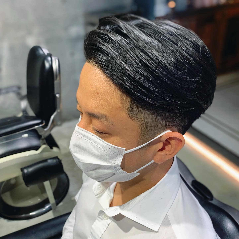 . ✂︎スーツ映えパートスタイル✂︎ 担当:安田恭兵(@kyonppp) バチっとスタイリングをしたビジネススタイルに映えるパートスタイル。 ジェルやグリースでのスタイリングが大事です。 OFFではワックスなどでスタイリングをすると、ソフトにも見せられる人気のスタイルです。 . 『men's grooming salon 青山店』 髪質や骨格に合わせるだけでなく、ひとりひとりの毎日にフィットしたヘアスタイルづくりを心掛けています。 . . 「予約方法」 ネット予約、お電話にて! ネット予約は24h受け付けているので便利です! . 《メンズグルーミングサロン青山店》 0334706288 . ✂︎営業時間✂︎ 月〜土:11:00〜21:00(20:00 last) 日・祝:10:00〜20:00(19:00 last) 月曜・火曜はお休み頂いてます . ✂︎料金✂︎ CUT:¥72,00 PARM:¥13,200 COLOR:+¥6,200(CUT別) CARE:¥1,200〜 .  #メンズ髪型 #メンズヘア #メンズヘアスタイル #メンズヘアカタログ #渋谷 #メンズグルーミングサロン #メンズグルーミングサロン青山店  #ツーブロック #刈り上げ #ナチュラルパーマ #ベリーショート #さわやか男子 #パーマ #メンズパーマ #ビジネスヘア #メンズ美容室 #メンズ美容院 #メンズサロン #ギャラリー #安田恭兵