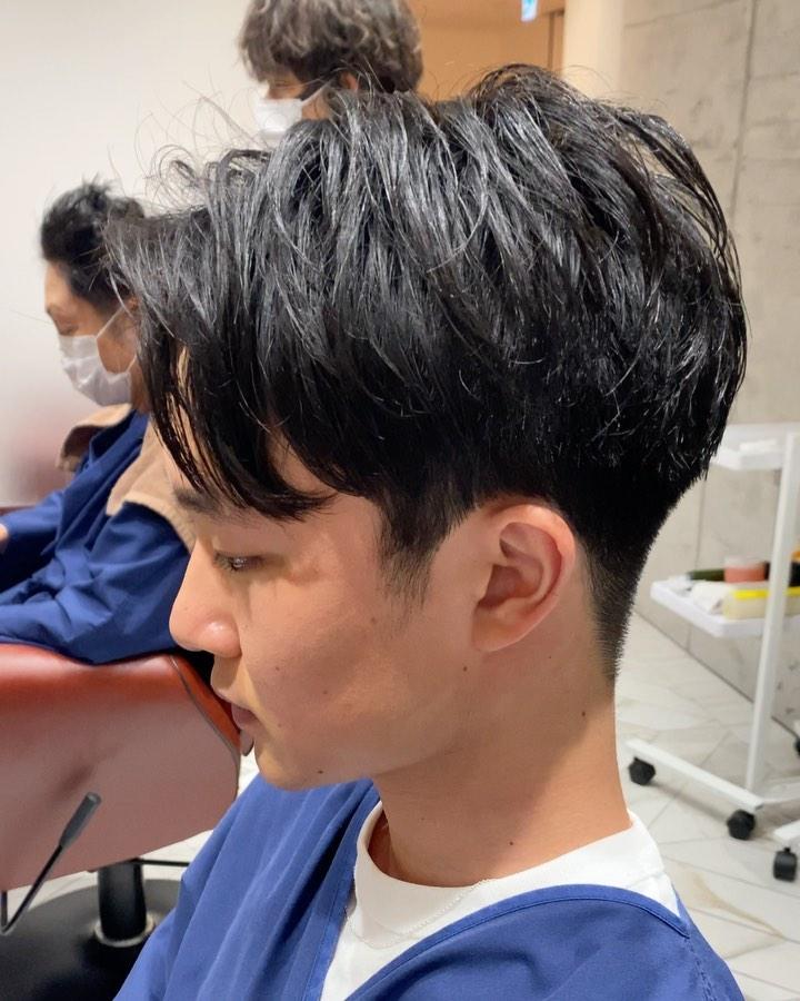 人気のスタイルはセンターパート . 重めのマッシュスタイルに飽きた人は 絶対これってくらいおすすめなんです! . 【じまさん?】のカットポイント ✔︎スタイリング剤を付けなくても 形になる!!! ✔︎柔らかい仕上がり!! ✔︎フィット感がすごい! . 髪質や癖を人それぞれに合わせてカットしてるからこその仕上がりです。  #mensgroomingsalon#menssalon#hairstyle#menshair#shorthair#mens#poryrait #メンズグルーミングサロン#メンズサロン#メンズヘア#メンズ#メンズカット#ショートヘア#刈り上げ#ツーブロック#外人風#ヘアカタ#ギャラリー#新宿#新宿店 #中島康光