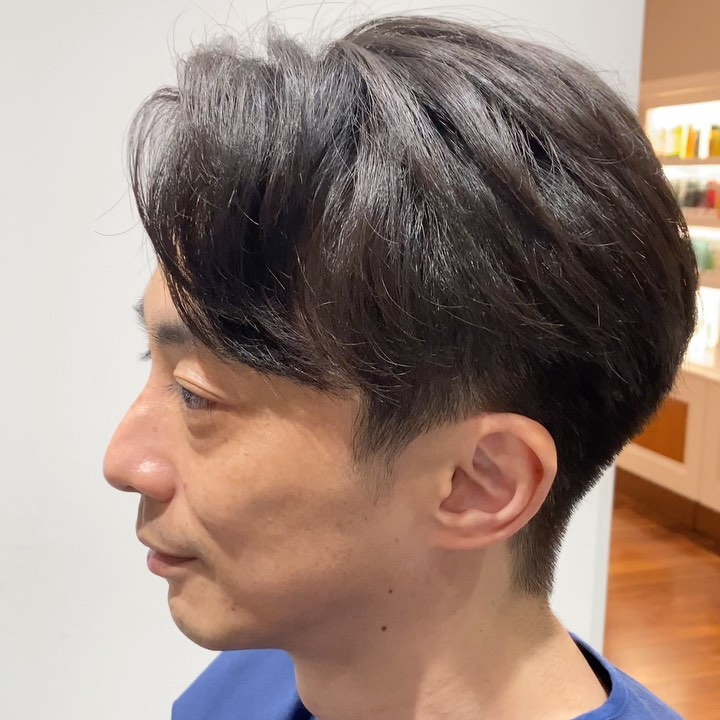 大人の手ごわい髪も柔らかく ふんわり❗️ . 立ち上がりがなくなってきたり、 髪質が変化したり、、 だんだんスタイリングも難しくなってくる。 そんな方は絶対指名してください。 癖毛や髪質を活かすカット、抑えるカット❗️骨格の見極めができてこそセットが楽なヘアスタイルが仕上げられます❗️ .  【じまさん?】のカットポイント ✔︎スタイリング剤を付けなくても 形になる!!! ✔︎柔らかい仕上がり!! ✔︎フィット感がすごい! . 髪質や癖を人それぞれに合わせてカットしてるからこその仕上がりです。  #mensgroomingsalon#menssalon#hairstyle#menshair#shorthair#mens#poryrait #メンズグルーミングサロン#メンズサロン#メンズヘア#メンズ#メンズカット#ショートヘア#刈り上げ#ツーブロック#外人風#ヘアカタ#ギャラリー#新宿#新宿店 #中島康光