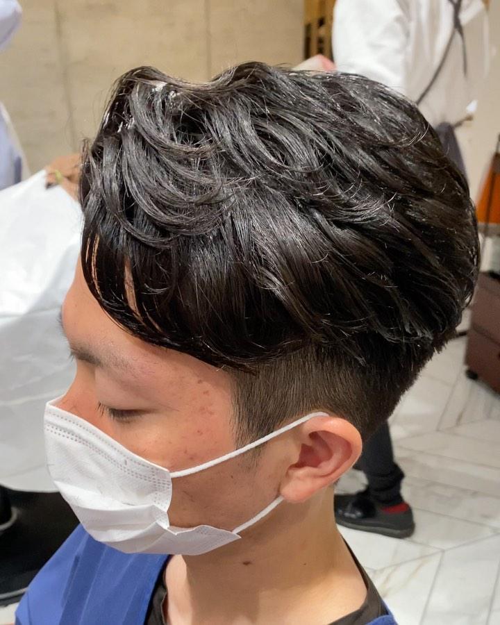 ツーブロパーマ .  【じまさん?】のカットポイント ✔︎スタイリング剤を付けなくても 形になる!!! ✔︎柔らかい仕上がり!! ✔︎フィット感がすごい! . 髪質や癖を人それぞれに合わせてカットしてるからこその仕上がりです。  #mensgroomingsalon#menssalon#hairstyle#menshair#shorthair#mens#poryrait #メンズグルーミングサロン#メンズサロン#メンズヘア#メンズ#メンズカット#ショートヘア#刈り上げ#ツーブロック#外人風#ヘアカタ#ギャラリー#新宿#新宿店 #中島康光