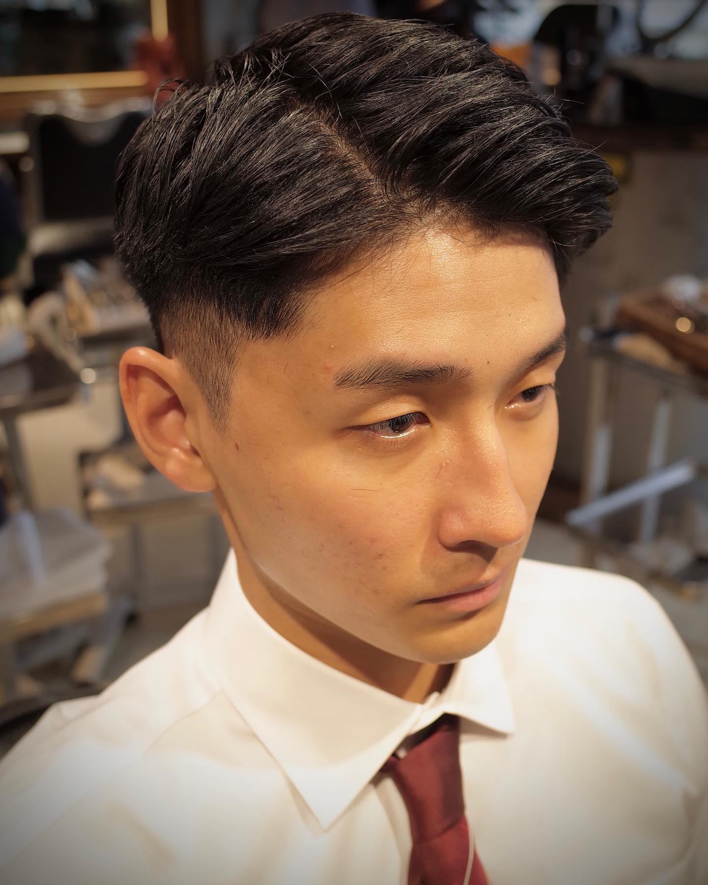 人の第一印象を決める要素は 見た目が約6割と言われている   マスクで顔が覆われているから 髪型が与える印象は今まで以上に大きくなっていると思う   すっきり刈り上げた七三分けなら どこで、誰と会ってもまず外すことはない   スーツとの相性は言うまでもなく◎ 人と会うお仕事、就活中のあなたに是非    stylist:山本和彦 (@kazuhiko_menshair)⠀  #メンズヘア専門美容師 #男性専門美容師 #ヤマモトカズヒコ #山本和彦 #メンズヘア #メンズヘアスタイル #メンズカット #メンズパーマ #メンズショート #短髪 #刈り上げ #フェード #フェードスタイル #2ブロック #身だしなみ #ポマード #表参道 #表参道美容室 #青山 #青山美容室 #メンズ美容室 #メンズサロン #メンズグルーミングサロン #メンズグルーミングサロン青山店  #mensgroomingsalon #mensgroomingsalonaoyama #ギャラリー #ベリーショート #七三分け #ビジネス