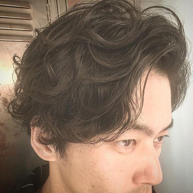 2018秋メンズヘア✂︎ パーマがマストになります✂︎ 毛先の動き、根元からの立ち上がり✂︎ 年齢とともにスタイリングが上手くいかなくなってきた髪質✂︎ その悩みを解消するには、、、、、 「パーマ」です。 メンズグルーミングサロン青山店 トップスタイリスト✂︎ 長戸にお任せください✂︎ #メンズグルーミングサロン青山店#menshair #mensgrooming #メンズサロン#ギャラリー#ミディアムヘアスタイル#表参道#長戸寛典