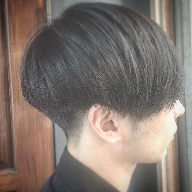 BOWLCUT✂︎ 丸みを残して刈り上げを高くするスタイル✂︎ バリカンでは出来ない骨格修正✂︎ よりハサミで✂️コームで頭の丸みを探っていく。 髪質、骨格を探って似合うバランスにフィットさせていく。 それが出来るのがメンズグルーミングスタイリスト✂︎ 襟足の処理、ライン設定、丸み、刈り上げの精度は他のサロンより、こだわり抜いた技術があります。 メンズ専門技術を習得。 メンズスペシャリストとしてお客様を迎える日々。 そのこだわりを皆様に伝えたい✂︎ メンズグルーミングサロンの魅力を。 #mensgrooming #メンズスペシャリスト#メンズグルーミングサロン青山店#bowlcut #DJ#ギャラリー#長戸寛典#ショートヘア#刈り上げ#美容師#thegrooming #みだしなみ