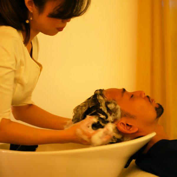 《ヘッドスパ》 男性の頭皮を知り尽くしたセラピストが育毛のみならずお客さまの疲れた頭皮の若返りを促します。