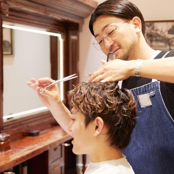 《ヘアカット》 メンズグルーミング専門のスタイリストが、お客さまの髪質やクセ、骨格などをベースに、トレンドをいち早く取り入れたスタイルやお客さまの個性を引き立てるヘアスタイルをご提案します。