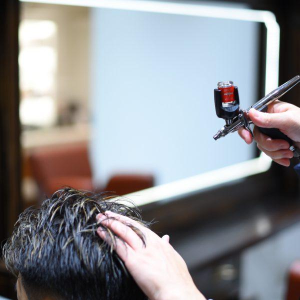 《頭皮ケア》    これから生える髪を健やかにするためにケアもしっかり行います。育毛に必要な栄養剤を、頭皮全体にまんべんなく塗布し、頭皮深部まで届けます。