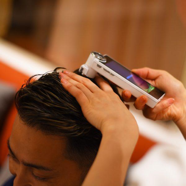 《頭皮診断》 専用のマイクロスコープを使用して地肌の状態を把握しながら、お客様の状態に合ったホームケアの仕方をアドバイスしています。自分ではなかなかわかりにくい頭皮状態、どうぞご遠慮なくスタッフまでお尋ねください。