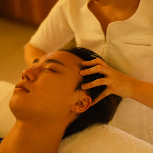 《ヘッドスパ②》 男性の頭皮を知り尽くしたセラピストが育毛のみならずお客さまの疲れた頭皮の若返りを促します。