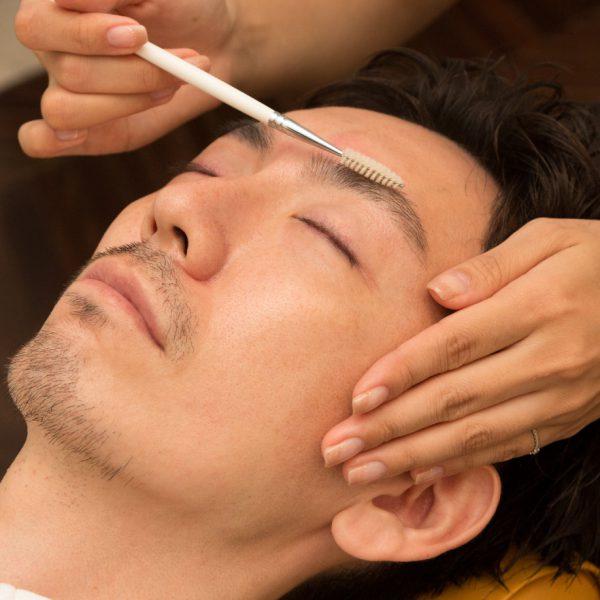 《眉毛ケア》 専任のアイブロー/アイラッシュデザイナーが担当。眉毛を整えるとナチュラルでお手入れが行き届いた印象はもちろん、若返り効果もあります!