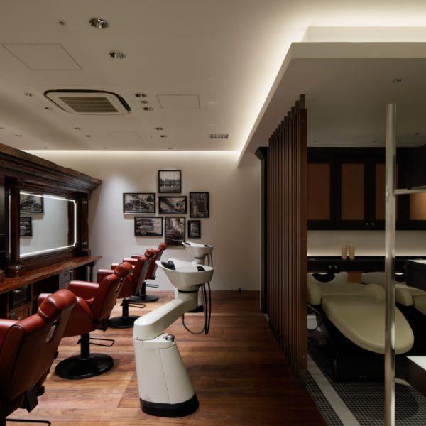 《メンズグルーミング内》 お客さま席の間隔を広く、座り心地の良い重厚感のあるシートを配置。お客さまがリラックスして施術を受けられるよう配慮された客席がメンズグルーミングサロンの特徴です。